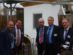 Hans-Peter Storz (MdL), Bundestagsabgeordneter Martin Gerster (v.l.) und Bürgermeister Moser (rechts) lassen sich von Th
