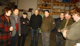 Drobinski-Weiß und Storz (beide links) im Gespräch mit Obstbauern aus Bodman-Ludwigshafen