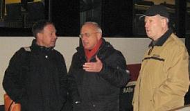 Am Bahnhof Mühlhausen diskutieren Hans-Peter Storz, Reinhard Ebeling und Fridl Kempf über die Probleme am Bahnsteig